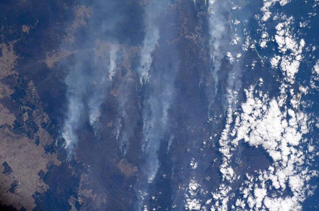 土地上灰濛濛的是澳洲山火散發的濃煙,讓人非常心碎。(相片來源:Christina Koch Instagram)