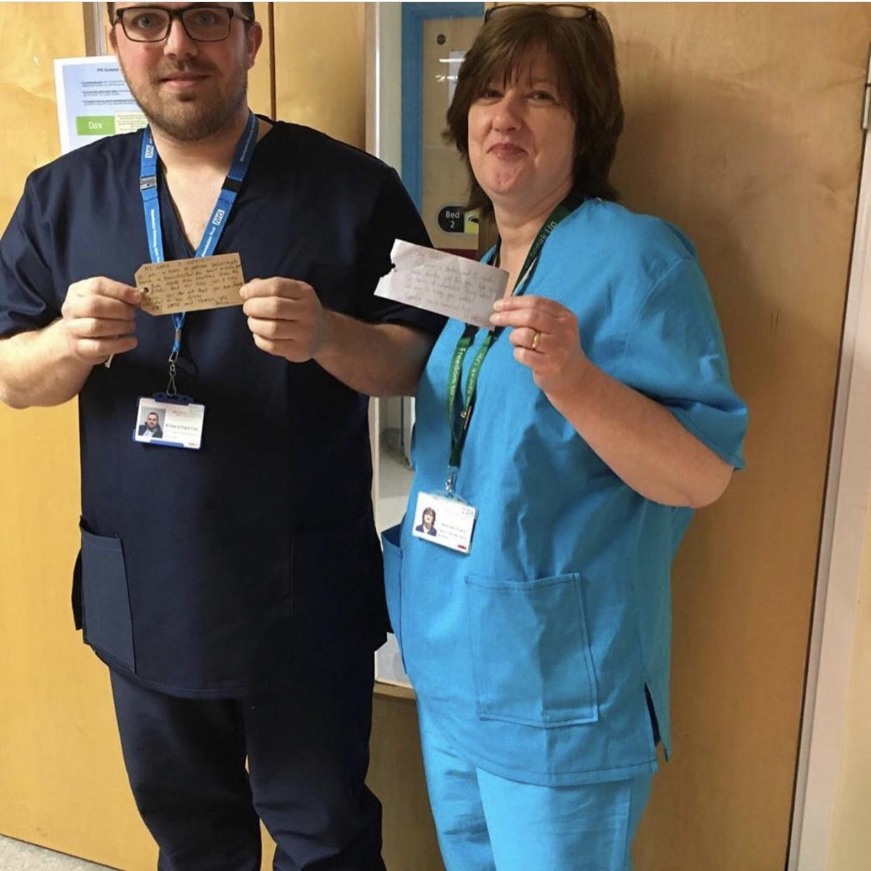 英國各處的前線醫護陸續收到團隊製作的手術衣。(圖片來源:#HelpingDressMedics Instagram)